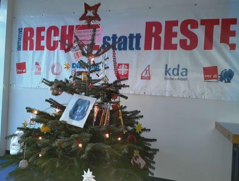 """Ein """"Hartz-IV-Christbaum"""" im Gewerkschaftshaus"""