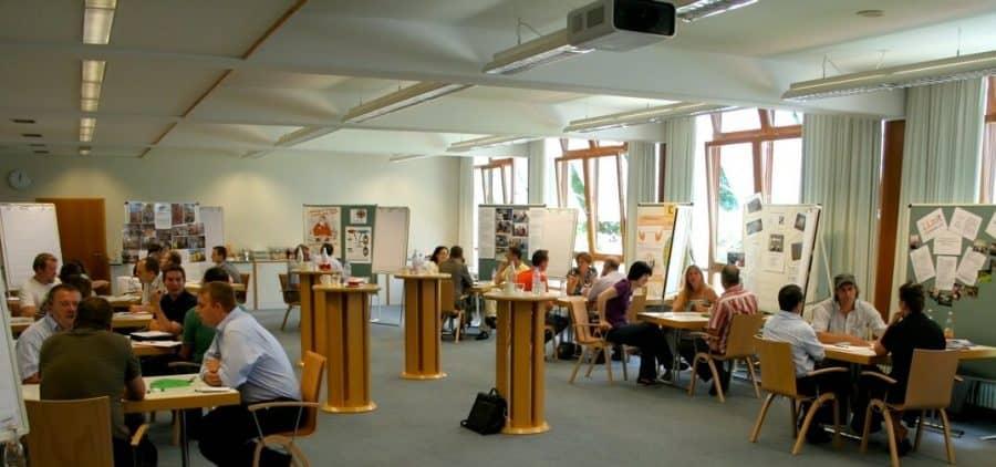 """Wenn Spitzenmanager in sozialen Einrichtungen arbeiten – Jubiläum von """"Seitenwechsel"""""""